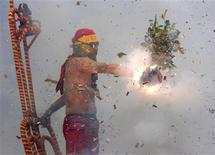 <p>Worshippers throw firecrackers at a shirtless man acting as Master Handan during the Handan ritual on Yuan-Hsiao, the 15th day after the Chinese Lunar New Year, in Taitung February 9, 2009. REUTERS/Nicky Loh</p>
