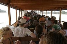 <p>Tourists pack a slow boat travelling down the Mekong River on their way to Luang Prabang, Laos, October 25, 2007. REUTERS/Tim Chong</p>
