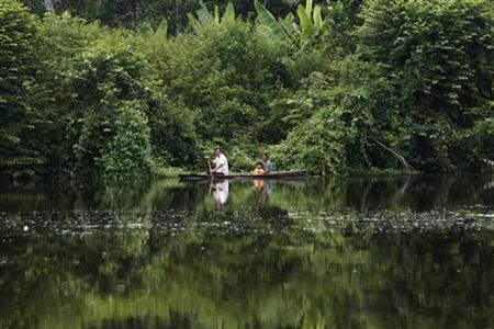 A family travels by canoe on the Maranon river in the Pacaya Samiria National Reserve in the Amazon jungle March 28, 2008. REUTERS/Mariana Bazo