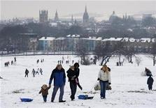 <p>Visitors to a park walk in the snow in Oxford, February 5, 2009. REUTERS/ Eddie Keogh</p>