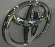 """<p>Un vehículo y unos visitantes se ven reflejados en el logo de la compañía Toyota ubicada en el salón de muestras de la empresa en Tokio, 13 feb 2009. Aunque Toyota Motor Corp llame a su todoterreno Tundra como """"la camioneta que está cambiando todo"""" los que la construyen en San Antonio no son inmunes a la amenaza de despidos que han afectado a las Tres Grandes automotrices de Estados Unidos. REUTERS/Yuriko Nakao</p>"""