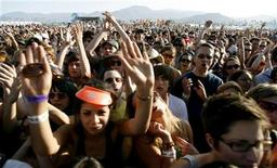 <p>Fans cheer during the performance of Vampire Weekend at the Coachella Music Festival in Indio, California April 25, 2008. REUTERS/Mario Anzuoni</p>