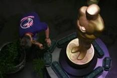 <p>Paul Donell trabalha nos preparativos para cerimônia do Oscar, que acontece no dia 22 em Hollywood (19/02/2009) REUTERS/Danny Moloshok (EUA)</p>