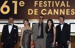 """<p>Diretor turco Ceylan (centro) e sua esposa, Ebru (à direita dele), posam com elenco de """"3 Macacos"""" no Festival de Cannes de 2008. REUTERS/Christian Hartmann</p>"""