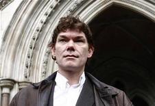 """<p>Foto de archivo del hacker Gary McKinnon a su llegada a la corte Superior de Londres, 20 ene 2009. La fiscalía británica dijo el jueves que no presentaría cargos contra un experto informático acusado por un abogado estadounidense del """"mayor pirateo militar de todos los tiempos"""", lo que supone un revés en el intento de evitar la extradición. REUTERS/Andrew Winning</p>"""