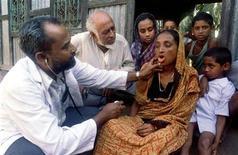 <p>Un medico visita una paziente affetta da tubercolosi in Bangladesh. sa/ Photo by Reuters. BANGLADESH TUBERCOLOSIS</p>