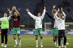 <p>Jogadores do Werder Bremen celebram eliminação do Milan e avanço para próxima fase da Copa da Uefa. REUTERS/Alessandro Garofalo</p>