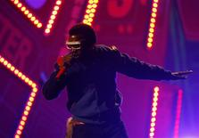 <p>Kanye West performs at the 2008 American Music Awards in Los Angeles in this November 23, 2008 file photo. REUTERS/Mario Anzuoni/Files</p>