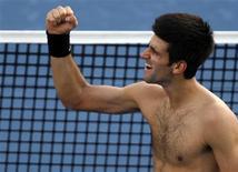 <p>Tenista número três do mundo, Novak Djokovic, comemora vaga na final do Torneio de Dubai, após jogo contra Gilles Simon, e jogará contra David Ferrer. REUTERS/Jumana El Heloueh (UNITED ARAB EMIRATES)</p>