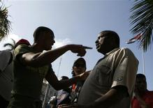<p>Cubans argue at Havana's Parque Central February 26, 2009. REUTERS/Enrique De La Osa</p>