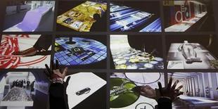 <p>Una dimostrazione di un sistema multi-touch al CeBit, fiera tecnologica di Francoforte. REUTERS/Hannibal Hanschke</p>