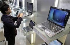 <p>Un hombre juega con un computador portátil en una tienda en Taipei, 12 ene 2009. Los embarques de computadoras personales (PC, por su sigla en inglés) caerán un 11,9 por ciento en el 2009, su baja más abrupta de la historia, debido a que las ventas en los mercados emergentes se contraerán por primera vez, dijo el lunes la firma de investigaciones Gartner. REUTERS/Pichi Chuang (TAIWAN)</p>
