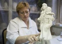 <p>A woman works on a clay figure that is to be used to cast porcelain sculptures in the Dulevo Porcelain factory in the town of Dulevo, 115 km (73 miles) from Moscow, February 20, 2009. REUTERS/Thomas Peter</p>