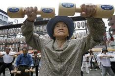 <p>Foto de archivo de una mujer de edad que realiza ejercicios durante las celebraciones del Día del Respeto a los Ancianos, en Tokio, 15 sep 2008. Japón tiene ahora tantos habitantes con más de 100 años que está reduciendo costos achicando el tamaño de las copas de plata que regala a los que llegan a esa edad. REUTERS/Toru Hanai (JAPON)</p>