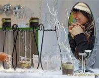 <p>A woman is seen shopping in New York November 24, 2008. REUTERS/Shannon Stapleton</p>