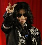 <p>El cantante pop estadounidense Michael Jackson durante una conferencia de prensa en el estadio O2 de Londres, 5 mar 2009. La estrella estadounidense de la música pop Michael Jackson volverá a las pistas a fines de año con una serie de conciertos en Londres, según informó el jueves personalmente el cantante. REUTERS/Stefan Wermuth</p>