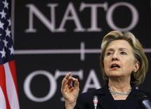 <p>Госсекретарь США Хилари Клинтон выступает на пресс-конференции в штаб-квартире НАТО в Брюсселе 5 марта 2009 года. Госсекретарь США Хиллари Клинтон осудила использование энергоресурсов в качестве средства политического шантажа, через день после того, как РФ пригрозила прекратить поставки природного газа на Украину. REUTERS/Francois Lenoir</p>
