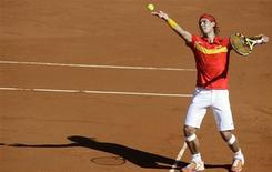 <p>Nadal em partida contra Janko Tipsarevic neste sábado, da qual saiu vitorioso por 6/1, 6/0 e 6/2. O tenista número 1 do mundo arrasou o adversário e deu à Espanha uma vantagem de 2 x 0 sobre a Sérvia no grupo mundial da Copa Davis. REUTERS/Sergio Perez</p>