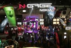 <p>Appassionati di videogiochi affollano lo stand di Nokia all'Electronic Entertainment Expo E3 di Los Angeles, il 18 maggio 2005. REUTERS/Fred Prouser</p>