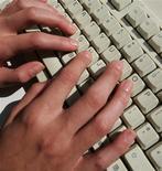 """<p>Les députés engagent cette semaine l'examen du projet de loi de lutte contre le piratage sur internet qui prévoit une """"riposte graduée"""" pouvant aller jusqu'à la suspension de l'abonnement en cas de récidive. /Photo d'archives/REUTERS</p>"""