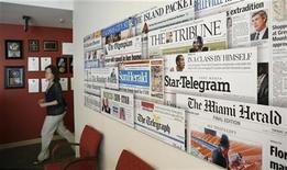 <p>Foto de archivo de diarios del grupo McClatchy de muestra en Washington, 24 jul 2008. El grupo editorial McClatchy Co, que controla el diario Miami Herald, anunció el lunes que eliminará 1.600 empleos, o un 15 por ciento de su plantilla, alimentando la catarata de despidos que sufren los diarios de Estados Unidos ante la depresión de las ventas publicitarias. REUTERS/Kevin Lamarque</p>