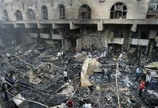 <p>Место пожара, вспыхнувшего на одном из рынков Багдада 27 февраля 2009 года. Как минимум 28 человек погибли и столько же получили ранения в результате взрыва на рынке, расположенном в западной части Багдада, сообщил представитель службы безопасности страны генерал-майор Кассим Муссави. REUTERS/Mohammed Ameen</p>