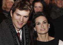 """<p>Foto de archivo de Demi Moore y Ashton Kutcher en el lanzamiento de """"Flawless"""" en Londres, 26 nov 2008. A los 31 años, el actor Ashton Kutcher ha aprendido cómo no contar los años y a no pensar en la diferencia de edad entre las personas. REUTERS/Stephen Hird</p>"""