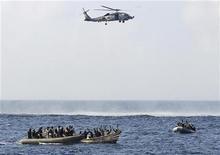 <p>Члены команды VBSS преследуют пиратов в Аденском заливе, 12 февраля 2009 года Южная Корея в пятницу направила эсминец в район Аденского залива для борьбы с сомалийскими пиратами, что станет первой операцией военно-морского флота страны за рубежом.REUTERS/Jason R. Zalasky</p>