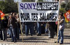 <p>Trabajadores de la planta Pontonx-sur-l'Adour de Sony realizan una protesta en Dax, Francia, 13 mar 2009. Los trabajadores de una planta de Sony en el sudoeste de Francia detuvieron en la noche al presidente ejecutivo de la unidad local de grupo japonés para demandar mejores términos en los despidos cuando se cierre su fábrica en abril. REUTERS/Olivier Pon</p>