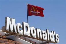 <p>A flag blows in the wind above a McDonald's restaurant in Encinitas, California July 21, 2008. REUTERS/Mike Blake</p>