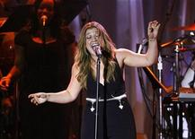 <p>Singer Kelly Clarkson performs at the 2009 Grammy Salute to Industry Icons event honoring Clive Davis in Beverly Hills, California February 7, 2009. REUTERS/Mario Anzuoni</p>