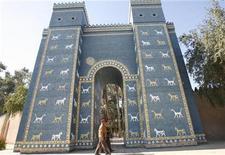 <p>Soldados iraquíes caminan frente de una réplica de la Puerta de Ishter de la antigua bailonia, al sur de Bagdad, 13 ene 2009. Irak recibió a su primer grupo de turistas occidentales desde la caída de Saddam Hussein en el 2003, dijo el jueves el Ministerio de Turismo y Antigüedades. REUTERS/Atef Hassan</p>