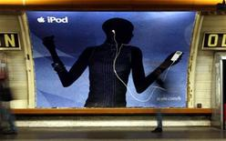 <p>A commercial board for the Apple Computer Inc.'s iPod is seen inside a metro station in downtown Paris, March 22, 2006. REUTERS/Charles Platiau</p>