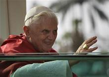 <p>Глава Римской католической церкви Бенедикт XVI в столице Камеруна Яунде 18 марта 2009 года. Ватикан в среду поддержал главу Римской католической церкви Бенедикта XVI в том, что использование презервативов не остановит распространение СПИДа. REUTERS/Finbarr O'Reilly</p>