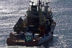 <p>The offshore supply vessel, Atlantic Osprey, arrives in St. John's, Newfoundland, March 18, 2009 with some of the wreckage of the Cougar Helicopters Sikorsky S-92 helicopter which crashed in the North Atlantic ocean on March 12 killing seventeen people while flying to offshore oil rigs near Newfoundland. REUTERS/Greg Locke</p>