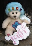 <p>Un orsacchiotto con uan dedica lasciato dai fan davanti alla casa di Jade Doody, in Essex, nel sud dell'Inghilterra. REUTERS/Stephen Hird (BRITAIN ENTERTAINMENT SOCIETY)</p>