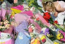 """<p>Una niña mira tributos florales dejados en la residencia de Jade Goody en Upshire, Inglaterra, 22 mar 2009. El funeral de la estrella británica de """"reality shows"""" de televisión Jade Goody será celebrado el 4 de abril en una iglesia cercana a su casa en Essex, en el sureste de Inglaterra. REUTERS/Toby Melville</p>"""