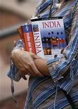 <p>Un turista sostiene libros de turismo en Nueva Delhi, 12 nov 2008. ¿Lleva tiempo buscando un libro y no lo encuentra? Ahora Google le facilita la tarea poniendo a su disposición una página web en la que estarán digitalizados hasta siete millones de libros. REUTERS/Adnan Abidi/Archivo</p>