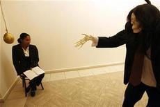 """<p>Un esqueleto vestido, parte de la muestra """"Chelsea visita a La Habana"""", frente a una mujer en el museo de Bellas Artes de La Habana, 24 mar 2009. Un grupo de artistas de Estados Unidos está preparando la primera gran exposición colectiva de arte estadounidense en Cuba desde la década de 1980, en lo que podría ser un augurio de mejores relaciones entre los dos países. REUTERS/Enrique De La Osa</p>"""