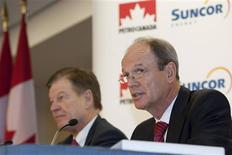 <p>Suncor Chief Executive Rick George (L) and Petro-Canada Chief Executive Ron Brenneman hold a media conference in Calgary March 23, 2009. REUTERS/Mike Sturk</p>