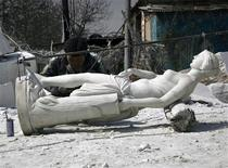 <p>A sculptor works on a statue in an outdoor workshop in the town of Quyang, located 250 kilometres southwest of Beijing March 23, 2009. REUTERS/David Gray</p>
