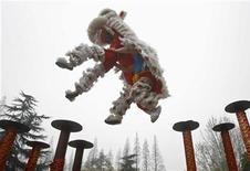 <p>Китайские военнослужащие практикуются в танце дракона на военной базе в Ухане, провинция Хубэй 21 марта 2009 года. Пекин в четверг резко отреагировал на опубликованный накануне ежегодный доклад Пентагона, обвинившего Китай в наращивании военной мощи, и пригрозил проблемами во взаимных контактах. REUTERS/China Daily</p>