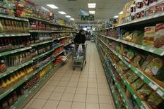 <p>A Palestinian woman pushes a trolley as she shops at a supermarket in the West Bank city of Ramallah March 26, 2009. REUTERS/Fadi Arouri</p>