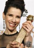 """<p>A atriz Sally Hawkins segura o prêmio pela sua atuação no filme """"Simplesmente Feliz"""", no 66o Globo de Ouro, em Beverly Hills. 11/01/2009. REUTERS/Lucy Nicholson</p>"""