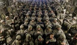 """<p>Американские военнослужащие на борту самолета C-17 Globemaster, вылетающего в Афганистан с авиабазы Манас под Бишкеком 13 февраля 2009 года. Президент США Барак Обама в пятницу обнародовал новую стратегию Соединенных Штатов в Афганистане, объявив главной целью уничтожение всех боевиков экстремисткой организации """"аль-Каида"""" как в этой ближневосточной стране, так и в соседнем Пакистане во имя предотвращения новых нападений на США. REUTERS/Shamil Zhumatov</p>"""