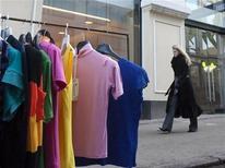 <p>Женщина проходит мимо футболок, продающихся на улице у бутика Alexander McQueen в Москве 27 марта 2009 года. Женщины в платках торгуют контрафактными женскими сумками перед московскими магазинами Alexander McQueen и Stella McCartney, прекратившими работу менее чем через полтора года после торжественных церемоний открытия. REUTERS/Thomas Peter</p>