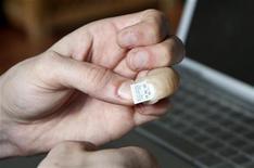 <p>Инженер Джерри Джалава демонстрирует вмонтированный в протез его пальца флэш-накопитель 23 марта 2009 года. Финский инженер, потерявший палец в аварии, придумал оригинальное применение своему новому протезу, вмонтировав в него карту памяти USB. REUTERS/Attila Cser</p>