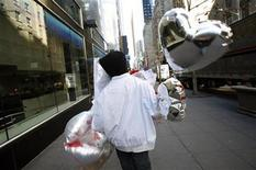 <p>A delivery man walks with heart-shaped balloons for delivery on Valentine's Day in New York City February 14, 2008. REUTERS/Mike Segar</p>