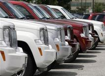 <p>A row of new Chrysler Jeep Commander SUVs are seen at a dealership in Maryland, July 1, 2008. REUTERS/Yuri Gripas</p>