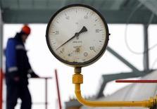 <p>Сотрудник российской компании Газпром проверяет оборудрование на компрессорной станции близ города Суджа 14 января 2009 года. Правительство Молдавии подтвердило в среду факт взрыва на газопроводе в Приднестровье. В результате взрыва, по сообщениям информационных агентств, был приостановлен экспорт российского газа на Балканы. REUTERS/Denis Sinyakov</p>